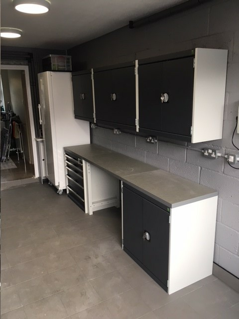 A single garage with Bott Cubio cabinets in light grey and anthracite with plenty of worktop space and a seating area. All with a 10 years warranty.
