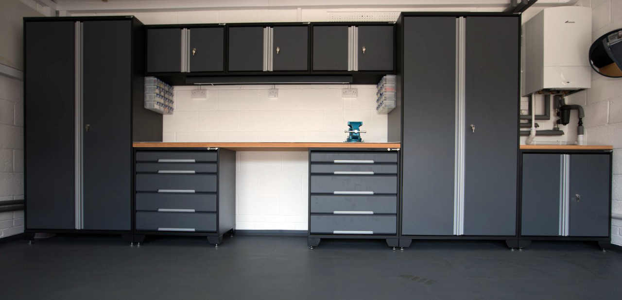 Customer Mr Williams from north Wales sent us a photograph of his recently positioned GaragePride EvoLine cabinets. A low cupboard snugly fills the space on the right and a strip light has been attached beneath the wall cupboards. And everybody needs a vice!